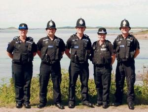 Sergeant Colin Taylor (Mitte) und seine vier Kollegen von der Scilly Isles Police. (Bild: Facebook)