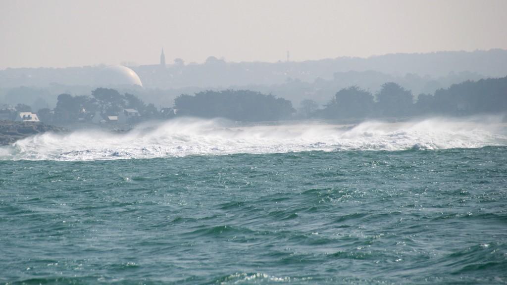 Wellen brechen über einer Untiefe an der Nordbretagne