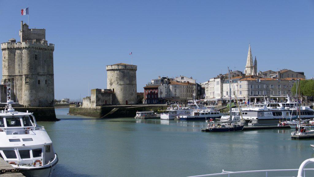 Blue Alligator liegt hinter den imposanten Türmen von La Rochelle im Vieux Port.