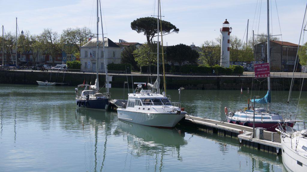 Das Zollboot liegt vor Blue Alligator am Steg in La Rochelle.
