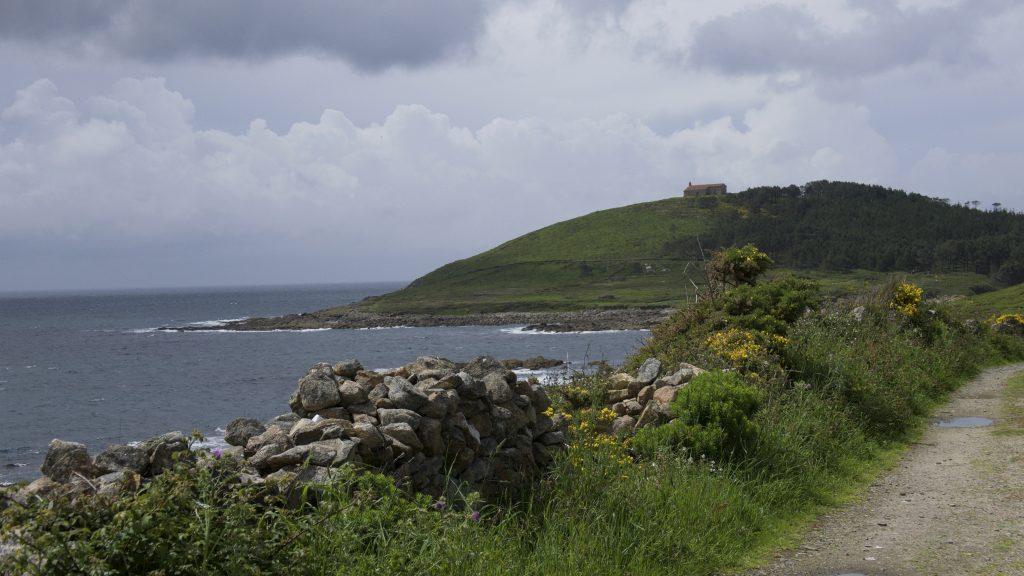 In der Umgebung von Camariñas. Ein Weg führt vom Dorf hinaus zum Kap.